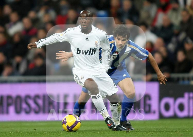 Real Madrid's Lass Diarra (l) and Deportivo de la Coruna's Juan carlos Valeron (r) during La Liga match.January 25 2009. (ALTERPHOTOS/Acero).