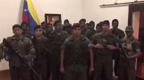Juan Caguaripano liderando el grupo que supuestamente se rebeló el domingo contra el gobierno de Nicolás Maduro.