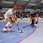 TSV Kira Elena Schanzenberger gegen MHC Charlotte Gerstenhöfer / Gerstenhoefer beim Spiel der Hockey Bundesliga Damen, TSV Mannheim (hell) - Mannheimer HC (dunkel).<br /> <br /> Foto © PIX-Sportfotos *** Foto ist honorarpflichtig! *** Auf Anfrage in hoeherer Qualitaet/Aufloesung. Belegexemplar erbeten. Veroeffentlichung ausschliesslich fuer journalistisch-publizistische Zwecke. For editorial use only.