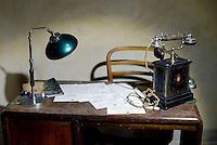 Roma, 24 Marzo 2016.<br /> Ricostruzione dell'ufficio con telefono<br /> Apre al pubblico il bunker dei Savoia.<br /> Il rifugio antiaereo dei Savoia fu costruito nel parco di Villa Ada nel 1940-42. Di forma circolare e a circa 200 m. di profondità, era accessibile alle auto e dotato di un efficace sistema di impianto di aerazione e filtraggio, azionabile anche in assenza di energia elettrica.<br /> <br /> Rome, March 24, 2016 .<br /> office with telephone<br /> Opening to the public the Savoy bunker.<br /> The air-raid shelter of the Savoy was built in the park of Villa Ada in 1940-42 . Circular in shape and about 200 m . depth , was accessible to cars and equipped with an effective ventilation system and filtering system , also operable in the absence of electricity .