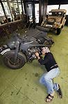 Foto: VidiPhoto<br /> <br /> ARNHEM &ndash; Eigenaar Eef Peters van Arnhems Oorlogsmuseum 40-45 sleutelt woensdag aan een Duitse Z&uuml;ndapp KS740 uit 1944 om het vehicle op tijd gereed te krijgen. De Duitse SS&rsquo;er die de motor met zijspan bestuurde werd doodgeschoten door een Nederlandse boer uit Barneveld, die de motor vervolgens in onderdelen verborg op zijn boerderij. De Z&uuml;ndapp is &eacute;&eacute;n van de 150 historische voertuigen die zaterdag meedoen aan de Race tot the Bridge, onderdeel van de herdenking van de Slag om Arnhem in september 1944. Het oorlogsmaterieel dat meerijdt is veelal in handen van particulieren. Het Arnhems Oorlogsmuseum 40-45 is met zeven voertuigen hofleverancier. Bovendien zijn dat voornamelijk Duitse wagens en motoren, waarvan er over het algemeen weinig of geen deelnemen aan Race tot the Bridge. Het deelnemen met Duits oorlogsmaterieel ligt nog steeds gevoelig.