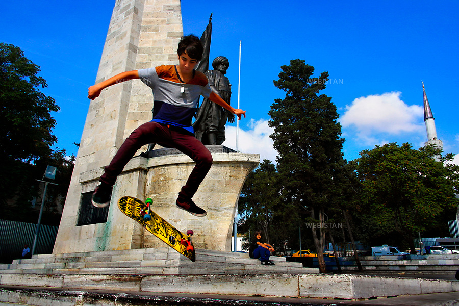 Turkey, Istanbul, Besiktas District, Barbaros Square, October 6, 2012A teenage boy skateboards in Barbaros Square, a popular skating destination on the Bosphorus. In the Square, just next to the Istanbul Naval Museum, is a monument in honor of Hayreddin Barbarossa (Redbeard), a renowned Ottoman fleet admiral. However, in his early life, Barbarossa was a Barbary pirate who ravaged the sea. Later, as an admiral, he built a great Ottoman navy that gained supremacy in the Mediterranean, solidified by the Preveza Victory in 1538 against the Christian Alliance (Venice, Spain and Portugal, under the leadership of the Papacy and Pope Paul III). <br /> Turquie, Istanbul, District Besiktas, Square Barbaros, 6 octobre 2012A adolescent fait du skate dans Barbaros Square, destination populaire sur le Bosphore. Sur la place, juste a cote du Musee naval d'Istanbul, un monument se dresse en l'honneur de Khayr ad-Din Barberousse, celebre amiral de la flotte ottomane. Jeune, Barbarossa etait un pirate.Plus tard, devenu amiral, il a bati une grande flotte ottomane et gagne la suprematie en Mediterranee, solidifie par la victoire de Preveza en 1538 contre l'Alliance chretienne (Venise, l'Espagne et le Portugal, sous la direction de la papaute et du pape Paul III).
