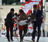 BRASÍLIA, DF, 12.12.2013 – VISITA DE ESTADO DO PRESIDENTE FRANCÊS FRANÇOIS HOLLANDE – Um soldado dos Dragões da Indepêndencia desmaiou antes da visita do presidente da França François Hollande nesta quinta-feira, 12, no Palácio do Planalto em Brasília. (Foto: Ricardo Botelho / Brazil Photo Press).