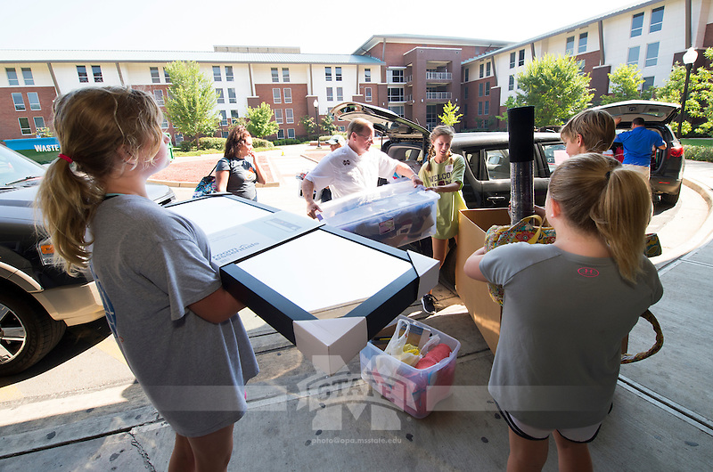 MVNU2MSU 2016 - President Mark E. Keenum helps students move in to Rice Hall.<br />