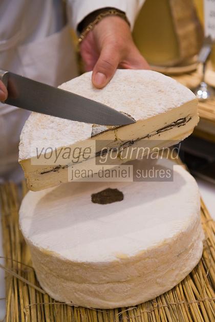 """Europe/France/Ile-de-France/75007/Paris: Marie-Anne Cantin Fromager affineur 12, rue du Champ de Mars  propose à Noêl son fromage"""" Truffé de la Marne"""""""