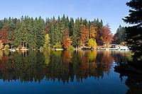 DEU, Deutschland, Bayern, Niederbayern, Naturpark Bayerischer Wald, Grosser Arbersee, zwischen Bayerisch Eisenstein und Bodenmais: Tretboot fahren | DEU, Germany, Bavaria, Lower-Bavaria, Nature Park Bavarian Forest, Great Arber Lake: pedalos, paddleboat