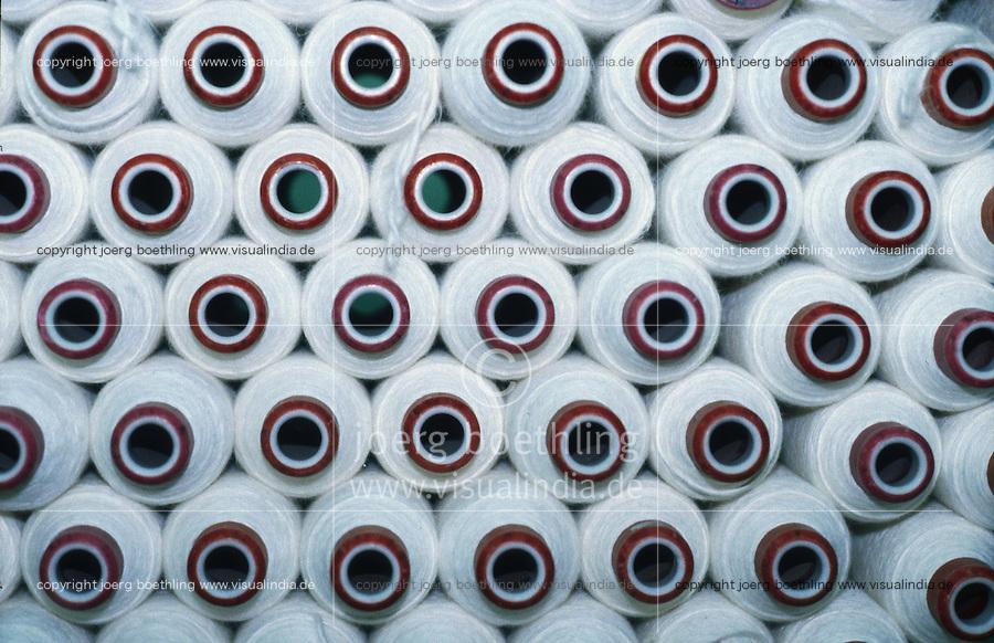 INDIA, Khargoan, Maikaal Fibres Ltd. cotton spinning mill, processing of organic cotton / INDIEN, Maikaal Spinnerei, Verarbeitung von Biobaumwolle