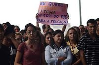 SAO PAULO, 28 DE MAIO DE 2012 - MANIFESTACAO EDUCACAO - Estudantes em manifestacao no vao livre do masp por ensino publico de melhor qualidade, plano de carreira que valorize o docente e condicoes dignas de infraestrutura nas instituicoes federais, no inicio da tarde desta segunda feira, na avenida paulista, regiao central da capital. FOTO: ALEXANDRE MOREIRA - BRAZIL PHOTO PRESS