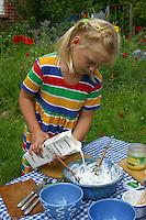 Kinder bereiten Kräuterquark mit verschiedenen Kräutern aus dem Garten, Kräuter