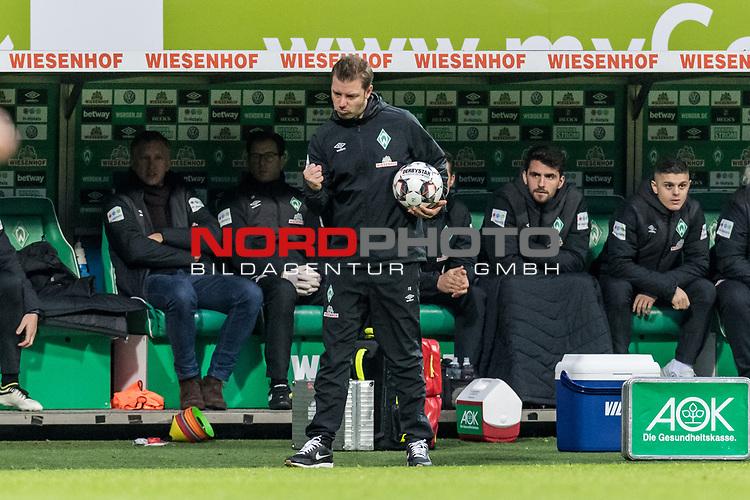 10.02.2019, Weserstadion, Bremen, GER, 1.FBL, Werder Bremen vs FC Augsburg<br /> <br /> DFL REGULATIONS PROHIBIT ANY USE OF PHOTOGRAPHS AS IMAGE SEQUENCES AND/OR QUASI-VIDEO.<br /> <br /> im Bild / picture shows<br /> Florian Kohfeldt (Trainer SV Werder Bremen) mit Spielball und Jubelfaust an Trainerbank, in Coachingzone / an Seitenlinie, <br /> <br /> Foto &copy; nordphoto / Ewert