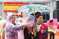 Nederland  Amsterdam  2016. Boeddhadag in Amsterdam. Viering van de geboorte van Boeddha op de Nieuwmarkt. Tijdens de ceremonie barst er een regenbui los. Foto Berlinda van Dam / Hollandse Hoogte