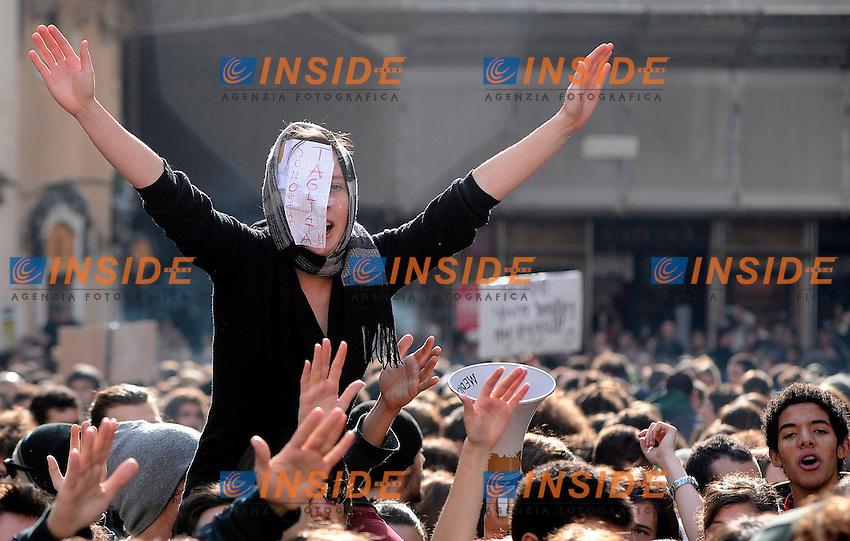 Gli studenti in corteo a Montecitorio...Manifestazione di protesta degli studenti contro il ddl Gelmini sulla riforma delle Scuole e  delle Universita'...Roma, 25 Novembre 2010...Photo  Serena Cremaschi Insidefoto..........