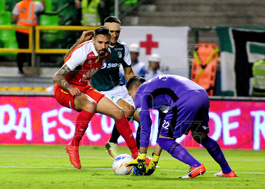 PALMIRA - COLOMBIA - 31 - 03 - 2018: Jose Sand (Cent.) jugador de Deportivo Cali disputa el balón con Jose Moya (Izq.) y Leandro Castellanos (Der.) jugadores de Independiente Santa Fe, durante partido entre Deportivo Cali y el Independiente Santa Fe, de la fecha 12 por la liga Aguila I 2018, jugado en el estadio Deportivo Cali (Palmaseca) en la ciudad de Palmira. / Jose Sand (C) player of Deportivo Cali vies for the ball with Jose Moya (L) and Leandro Castellanos (R), players of Independiente Santa Fe, during a match between Deportivo Cali and Independiente Santa Fe, of the 12th date for the Liga Aguila I 2018, at the Deportivo Cali (Palmaseca) stadium in Palmira city. Photo: VizzorImage  / Nelson Rios / Cont.