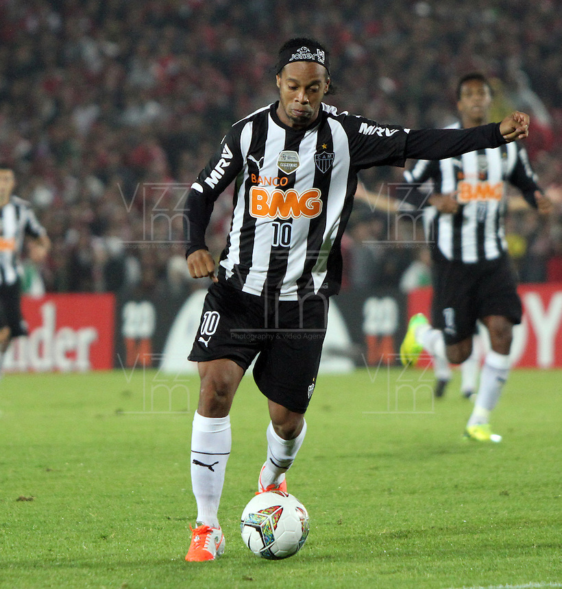 BOGOTA -COLOMBIA. 03-04-2014.  Ronaldinho de Mineiro de Brasil en accion  contra  Independiente Santa Fe de Colombia  durante partido de La Copa Bridgestone Libertadores de America   disputado en el estadio El Campin. / Ronaldinho   of Mineiro de Brasil in action   against Independiente Santa Fe  during the match of the Copa Libertadores de America Bridgestone played at El Campin stadium . Photo: VizzorImage / Felipe Caicedo / Staff