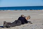 Europa, DEU, Deutschland, Schleswig-Holstein, Nordseeinsel Helgoland, Nordsee, Helgolaender Duene, Nebeninsel Duene, Naturfotograf, Robben watching, Aeuf Helgoland laessen sich die Robbenkolonien von Naturfotografen sehr gut beobachten., Kategorien und Themen, Tiere, Tier, Wildtiere, Tierfoto, Tierfotos, Tierphoto, Tierphotos, Tierfotografie, Tierphotographie, Wildlife, Tourismus, Touristik, Touristisch, Touristisches, Urlaub, Reisen, Reisen, Ferien, Urlaubsreise, Freizeit, Reise, Reiseziele, Ferienziele....[Fuer die Nutzung gelten die jeweils gueltigen Allgemeinen Liefer-und Geschaeftsbedingungen. Nutzung nur gegen Verwendungsmeldung und Nachweis. Download der AGB unter http://www.image-box.com oder werden auf Anfrage zugesendet. Freigabe ist vorher erforderlich. Jede Nutzung des Fotos ist honorarpflichtig gemaess derzeit gueltiger MFM Liste - Kontakt, Uwe Schmid-Fotografie, Duisburg, Tel. (+49).2065.677997, archiv@image-box.com, www.image-box.com]