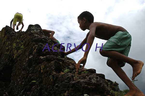 Crianças brincam em ruinas de igreja Jesuita em Joanes.<br /> Ilha de Marajó, Salvaterra, Pará, Brasil.<br /> 06/05/2006<br /> Foto Paulo Santos/Interfoto
