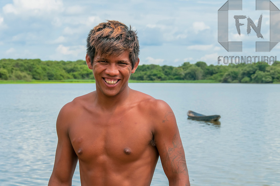 Retrato de &iacute;ndio Java&eacute; pescando na Lagoa do Pataca | Portrait of Java&eacute; indian fishing in the Pataca Lagoon<br /> <br /> LOCAL: Parque Nacional do Araguaia, Tocantins, Brasil<br /> DATE: 10/2010<br /> &copy;Pal&ecirc; Zuppani