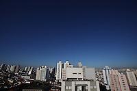 SAO PAULO, SP, 13/08/2012, CLIMA TEMPO. São Paulo amanhceu nessa Segunda-feira (13) com tempo aberto, o ar seco pela falta de chuvas deixa uma faixa de poluição no horizonte da capital paulista. Luiz Guarnieri/ Brazil Photo Press.