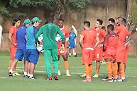 CAMPINAS, SP 02.07.2019 - TREINO DO GUARANI - Tecnico Roberto Fonseca conversa com jogadores durante treino do Guarani, no Centro de Treinamento em Campinas (SP), nesta terça-feira (02). (Foto: Denny Cesare/Código19)