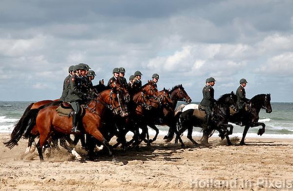 De Cavalerie oefent de dag voor Prinsjesdag op het strand