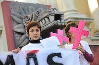 Roma, 16 Gennaio 2011.Via Nazionale, Palazzo delle Esposizioni.Un gruppo di donne (Donne da Sud) manifesta davanti il museo dove e' in corso una mostra sul Messico e  Teothiuacan, contro il femminicidio  e le violenze sulle donne a Ciudad Juarez, ricordando l'assassinio della poeta Susana Chavez avvenuto il 5 Gennaio..Rome, January 16, 2011.Via Nazionale, Palazzo delle Esposizioni.A group of women (Women from the South) protested outside the museum where there is an ongoing exhibition on Mexico and Teothiuacan, against femicide and violence against women in Ciudad Juarez, recalling the murder of the poet Susana Chavez took place Jan. 5