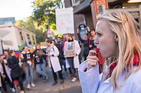 """Protest von """"Psychotherapeuten in Ausbildung"""" vor der Sitzung des Charite-Aufsichtsrat am Freitag den 19. Oktober 2018. Die Therapeuten und Therapeutinnen muessen ihre Ausbildung mit bis zu 750,-€ monatlich selber finanzieren und forderten vor der Aufsichtsratssitzung eine angemessene Bezahlung.<br /> 19.10.2018, Berlin<br /> Copyright: Christian-Ditsch.de<br /> [Inhaltsveraendernde Manipulation des Fotos nur nach ausdruecklicher Genehmigung des Fotografen. Vereinbarungen ueber Abtretung von Persoenlichkeitsrechten/Model Release der abgebildeten Person/Personen liegen nicht vor. NO MODEL RELEASE! Nur fuer Redaktionelle Zwecke. Don't publish without copyright Christian-Ditsch.de, Veroeffentlichung nur mit Fotografennennung, sowie gegen Honorar, MwSt. und Beleg. Konto: I N G - D i B a, IBAN DE58500105175400192269, BIC INGDDEFFXXX, Kontakt: post@christian-ditsch.de<br /> Bei der Bearbeitung der Dateiinformationen darf die Urheberkennzeichnung in den EXIF- und  IPTC-Daten nicht entfernt werden, diese sind in digitalen Medien nach §95c UrhG rechtlich geschuetzt. Der Urhebervermerk wird gemaess §13 UrhG verlangt.]"""
