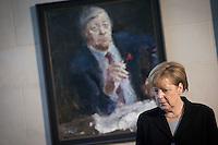 Bundeskanzlerin Angela Merkel (CDU) steht am Mittwoch (11.11.15) in Berlin im Bundeskanzleramt vor einem Gem&auml;lde, das den verstorbenen Bundeskanzler Helmut Schmidt (SPD) zeigt.<br /> Foto: Axel Schmidt/CommonLens