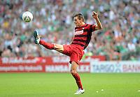 FUSSBALL   1. BUNDESLIGA   SAISON 2011/2012    3. SPIELTAG SV Werder Bremen - SC Freiburg                             20.08.2011 Johannes FLUM (SC Freiburg) Einzelaktion am Ball