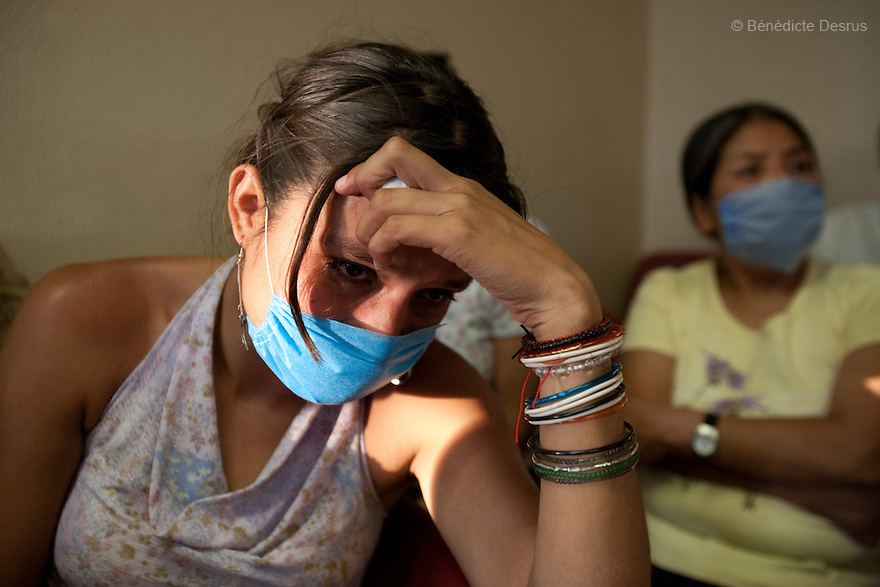 28 april 2009 - Mexico City, Mexico - A sick woman waits to be checked for symptons of the swine flu in the emergency room of the General Hospital of Iztapalapa. She has most of the Flu symptoms, but has had to wait four hours before being attended to. Photo credit: Benedicte Desrus / Sipa Press
