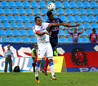 SANTA MARTA- COLOMBIA, 03-03-2019: Fernando Batistte (Der.) jugador del Unión Magdalena  disputa el balón con el Deportivo Pasto  durante partido por fecha 8 de la Liga Águila I 2019 jugado en el estadio Sierra Nevada de la ciudad de Santa Marta. / Fernando Batistte player of Union Magadalena   fights for the ball with Deportivo Pasto  during match for the date 8 as part of the  Aguila League  I 2019 played at the Sierra Nevada Stadium in Santa Marta  city. Photo: VizzorImage /Gustavo Pacheco / Contribuidor