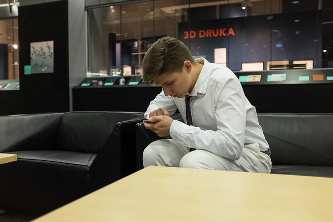 Andrej Rodionov in der Rigaer Universit&auml;tsbibliothek. Rodionov studiert an der Universit&auml;t in Riga Wirtschaft und sagt von sich selber, er sei aus politischen Gr&uuml;nden emigriert. <br /><br />Seit einigen Jahren wandern vermehrt Russen in das benachbarte Lettland aus - derzeit sind 50.000 russische Staatsb&uuml;rger in Besitz einer st&auml;ndigen Aufenthaltsgenehmigung in dem baltischen Land.<br />Seitdem Lettland 2004 Teil der Europ&auml;ischen Union ist, sind etwa zehn Prozent der Letten ins emigriert. In der Hauptstadt Riga bieten sich f&uuml;r junge Zuwanderer besonders auch beruflich aussichtsvolle Perspektiven.