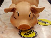 Plastik-Schwein,Troc Gebrauchtwaren: 83, Rue Hollerich , Luxemburg-City, Luxemburg, Europa<br /> plastic pig, Troc second hand shop: 83, Rue Hollerich , Luxembourg, Luxembourg City, Europe