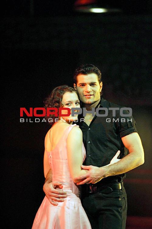 Presse-Call &quot;Dirty Dancing - Das Original Live On Stage&quot; - Europa-Premiere am 26.3.2006 im Musical-Theater &quot;Neue Flora&quot; in Hamburg<br /> <br /> Szenen-Foto mit Johnny Castle (Martin van Bentem) und Baby Houseman (Ina Trabesinger).<br /> <br /> <br /> <br /> Foto &not;&copy; nordphoto / Volker Sarbach<br /> <br />  *** Local Caption *** Foto ist honorarpflichtig! zzgl. gesetzl. MwSt.<br /> <br />  Belegexemplar erforderlich<br /> <br /> Adresse: nordphoto<br /> <br /> Georg-Reinke-Strasse 1<br /> <br /> 49377 Vechta