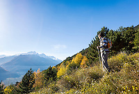 Italy, Alto Adige - Trentino (South Tyrol), valley Val Venosta, Castelbello-Ciardes: hikers enjoying the view from Monte Sole above Castelbello-Ciardes   Italien, Suedtirol, (Alto Adige - Trentino) der  Vinschgau, Kastelbell-Tschars: Wanderer geniessen die Aussicht vom Sonnenberg oberhalb von Kastelbell-Tschars