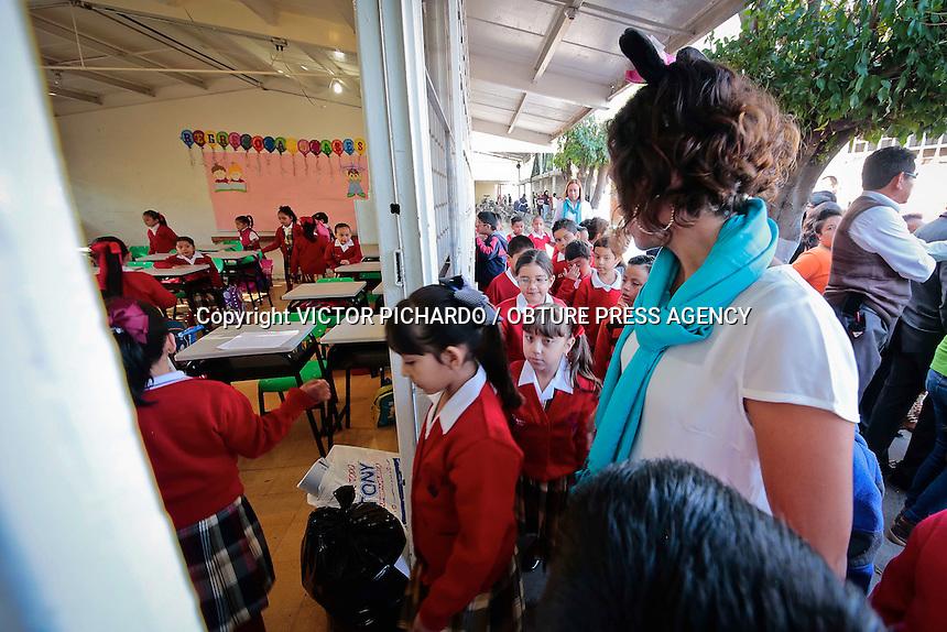 Quer&eacute;taro, Qro. 24 agosto 2015.- Ana Cecilia Gonz&aacute;lez Villa es una maestra del Sistema de Educaci&oacute;n B&aacute;sica en el estado; el plantel donde cumple con su labor es la primaria 21 de marzo en la colonia San Francisquito. Ella es una de la maestras que piensa que la educaci&oacute;n de los ni&ntilde;os es una parte muy importante para la sociedad y que para lograrlo se debe ofrecer un trabajo de mucho mayor calidad y dedicaci&oacute;n. Asegura que d&iacute;a con d&iacute;a se debe ofrecer a los estudiantes mas que solo conocimientos acad&eacute;micos, afirma que se debe formar individuos concientes del entorno y comprometidos con la sociedad, basados en valores y respeto. Asi, con un par de orejas de rat&oacute;n, una nar&iacute;z pintada de negro y algunos bigotes marcados en las mejillas, acompa&ntilde;a al grupo de ni&ntilde;os con un muy peculiar estilo de encausar el aprendizaje.<br /> Foto: Victor Pichardo / Obture Press Agency