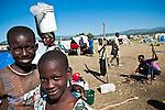 Des enfants tuent le temps au camp de réfugiés de Jacmel à Haiti, le 21/01/2010. Plusieurs milliers de personnes sont rassemblées après que le séisme du 12/01/2010 ait détruit leurs maisons.