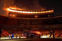 """STO014. SANTO DOMINGO (REPÚBLICA DOMINICANA), 27/12/2017.- Incendio destruye el """"Séptimo Cielo"""" (área de prensa) del Estadio Quisqueya Juan Marichal, del Ensanche La Fe hoy, miércoles 27 de diciembre de 2017, en Santo Domingo (República Dominicana). El fuego inició pasadas las 6:30 de la tarde en uno de los aires acondicionados de la cafetería, lo que evitó que el partido que disputarían los Gigantes del Cibao y los Leones del Escogido fuera forzosamente suspendido. Por alrededor de tres horas y media, fue cesado por el inminente esfuerzo del Cuerpo de Bomberos del Distrito Nacional. EFE/Pedro Bazil"""