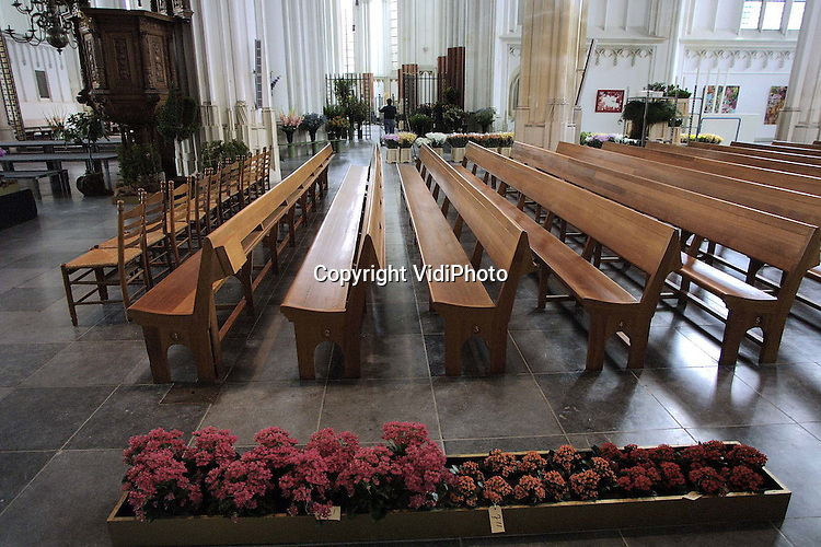 Foto: VidiPhoto..NIJMEGEN - Personeel van de Bemmelse bloemenveiling VON vervaardigt en plaatst in de Grote of St. Stevenskerk in Nijmegen vele tientallen bossen bloemen en bloemstukken. De tentoonstelling is vanaf  .zaterdag door het publiek te bezichtigen. De bloemstukken worden donderdagavond gekeurd. Zaterdag is de prijsuitreiking aan de deelnemende kwekers. De bloementenexpositie in de kerk wordt gehouden in het kader van de Nijmeegse Vierdaagse, die dinsdag van start gaat.