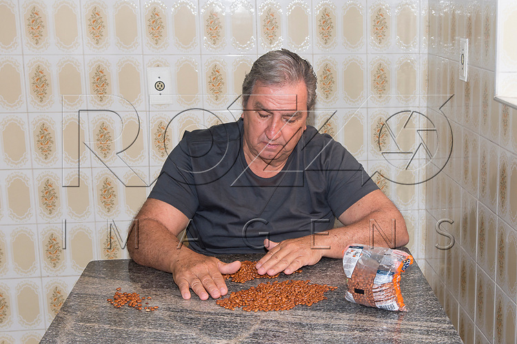 Homem selecionando feijão, São Paulo - SP, 09/2017.