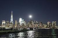 NEW YORK, NY, 13.11.2016 - LUA-NEW YORK - Lua cheia é vista sobre a ilha de Manhattan em New York na noite deste domingo, 13. (Foto: William Volcov/Brazil Photo Press)