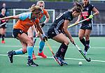 AMSTELVEEN  -   Kelly Jonker (A'dam) met Leoniek Koning (Gro) Hoofdklasse hockey dames ,competitie, dames, Amsterdam-Groningen (9-0) .     COPYRIGHT KOEN SUYK