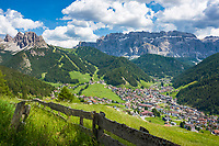 Italien, Suedtirol (Trentino - Alto Adige), Dolomiten, Groednertal: Wolkenstein in Groeden vor Sellagruppe und Cirspitzen (links) | Italy, South Tyrol (Trentino - Alto Adige), Dolomites, Val Gardena: Selva di Val Gardena with Gruppo del Sella mountains and Gruppo del Cir mountains (left)