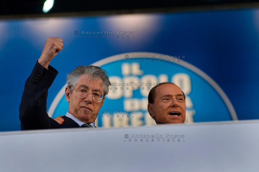 Umberto Bossi con Silvio Berlusconi sul palco durante una manifestazione del Popolo della Libertà