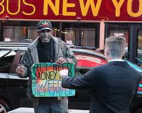 Ehrlicher Bettler am Times Square sagt auf dem Schild, dass er Geld für Marihuana benötigt und nicht lügen will und bekommt dafür eine Spende - 11.04.2018: Sightseeing in New York