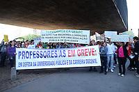 SAO PAULO, 28 DE JUNHO DE 2012 - MANIFESTACAO UNIFESP - Alunos e professores da Unifesp em manifestacao por plano de carreira, melhorias na universidade entre outras reinvidicacoes, na avenida Paulista, na manha desta quinta feira, regiao central da capital. Manifestantes sairam em passeata do MASP ate o predio do Banco Central onde se encontraram com funcionarios publicos que protestam no mesmo local. FOTO: ALEXANDRE MOREIRA - BRAZIL PHOTO PRESS