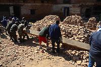 KATHMANDU, NEPAL, 06.05.2015 - NEPAL-TERREMOTO - Trabalho de limpeza dos escombros na cidade de Kathmandu, no Nepal, nesta quarta-feira, 06. A cidade foi atingida por um forte terremoto na semana passada, deixando mais de sete mil mortos e dezessete mil feridos. (Foto: Prabhat Kumar Verma/Brazil Photo Press)