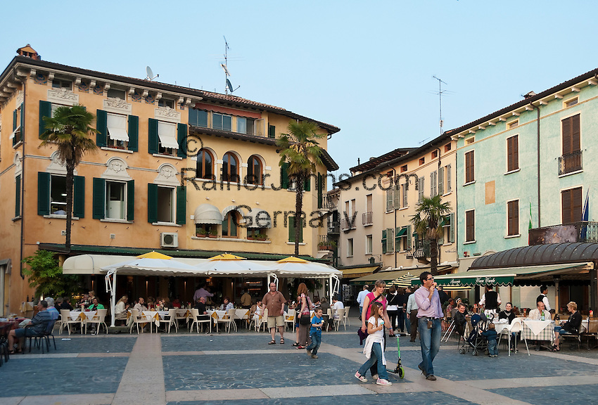 Italy, Lombardia, Sirmione, located on a small peninsula on the South Banks of Lake Garda: pavement cafes and restaurant at Piazza Carducci in Old Town | Italien, Lombardei, Gardasee, Sirmione, auf einer Halbinsel am Suedufer des Gardasees gelegen: Cafes und Restaurants in der Altstadt auf der Piazza Carducci