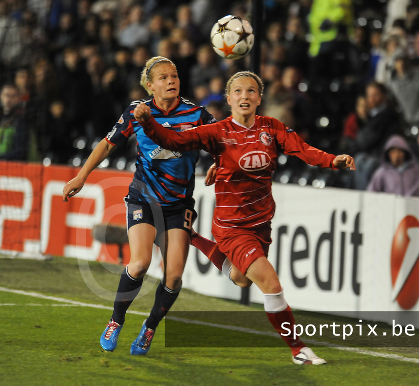 Uefa Women 's Champions League Final 2011 at Craven Cottage Fulham - London : Olympique Lyon - Turbine Potsdam : Tabea Kemme in duel met Eugenie Le Sommer..foto DAVID CATRY / JOKE VUYLSTEKE / Vrouwenteam.be.