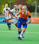 BLOEMENDAAL -   Michelle van der Drift (Bldaal)  met Stella van Gils (Pin)  , Libera hoofdklasse hockey Bloemendaal-Pinoke (0-0). COPYRIGHT KOEN SUYK