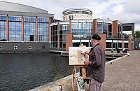 Nederland - Zaandam - 2019.  Monet Art Festival. En Plein Air schilderen. Man schildert de appartementen naast het Zaantheater.  Foto mag niet in negatieve context gepubliceerd worden.    Foto Berlinda van Dam / Hollandse Hoogte